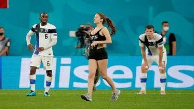 Photo of فتاة تقتحم مباراة بلجيكا وفنلندا (فيديو + صور)